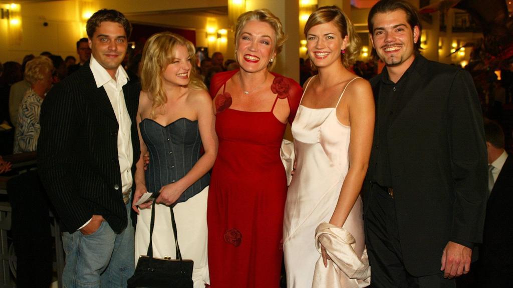 GZSZ-Stars Raphael Vogt, Yvonne Catterfeld, Lisa Riecken, Nina Bott und Daniel Fehlow bei der Verleihung der Goldenen Henne 2002 im Berliner Friedrichstadtpalast