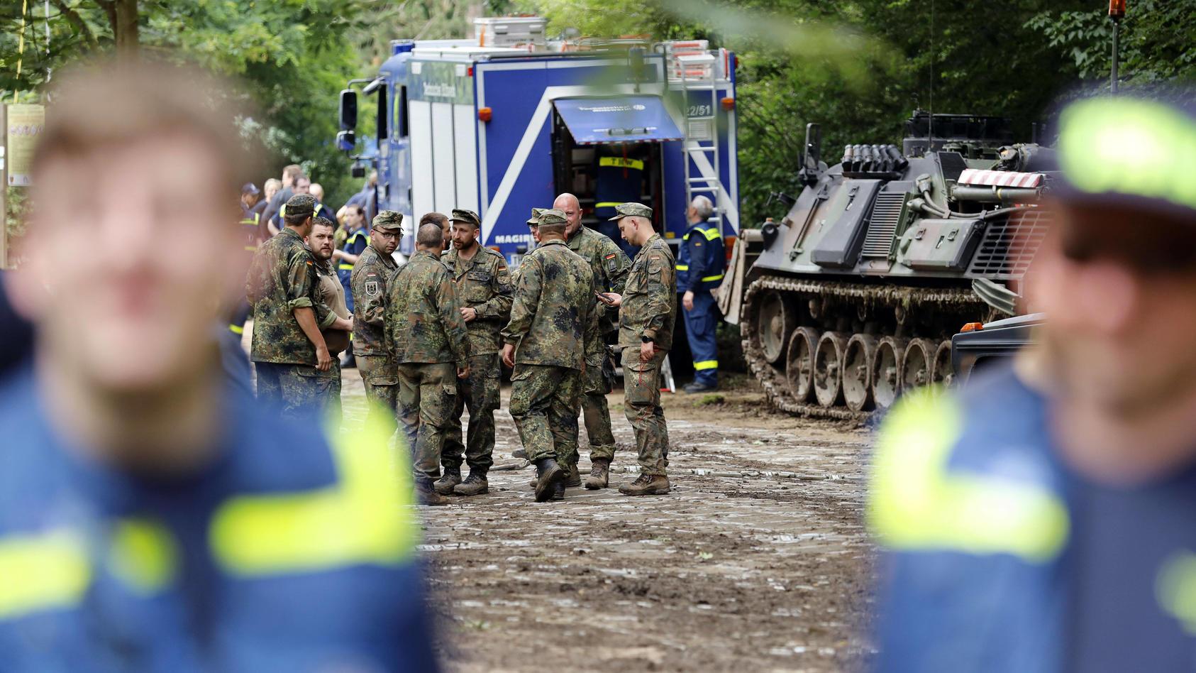 THW und Bundeswehrsoldaten helfen in den vom Hochwasser betroffenen Regionen.
