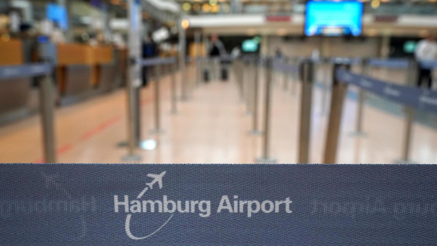 250 Fluggäste saßen lange am Hamburger Flughafen fest. Letztendlich musste die Polizei mit einem Großaufgebot anrücken.