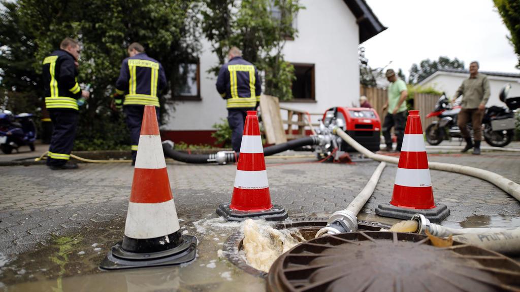 In Erftstadt-Blessem NRW sind Häuser massiv unterspült worden und einige eingestürzt oder in eine nahe Kiesgrube gestürzt. An deren Rand hatte sich wasserbedingt ein Krater gebildet, der umliegende Felder immer weiter in die Kiesgrube rutschen ließ.
