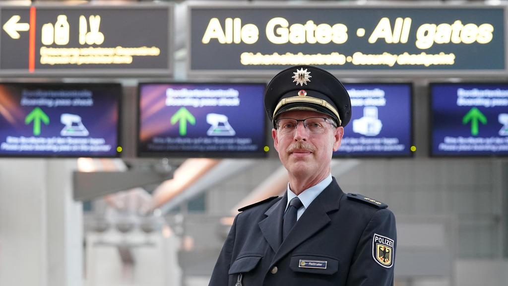 21.06.2021, Hamburg: Polizeidirektor Dirk Reitmaier, Leiter der Bundespolizeiinspektion am Flughafen Hamburg, steht an den Sicherheitskontrollen des Flughafens Hamburg Airport Helmut Schmidt. Der Flughafen Hamburg bereitet sich mit mehreren Neuerunge