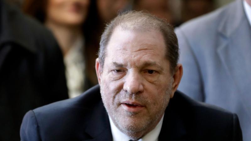 Ex-Filmproduzent Harvey Weinstein, der wegen Vergewaltigung und sexueller Nötigung eine langjährige Haftstrafe absitzt, ist in Los Angeles wegen weiterer Sexualstraftaten angeklagt worden. Foto: Mark Lennihan/AP/dpa