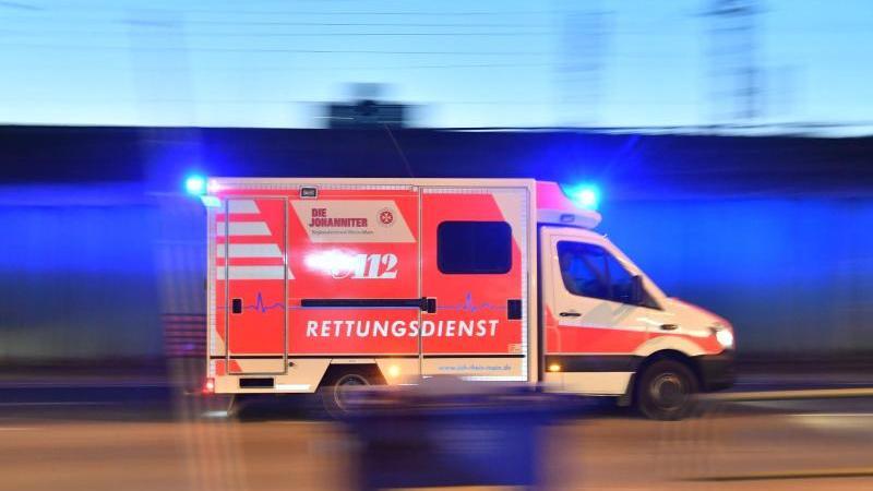 Die Messerattacke ereignete sich am Mittwochabend. Das Opfer kam mit einem Rettungswagen schwer verletzt ins Krankenhaus. Lebensgefahr bestand wohl nicht.
