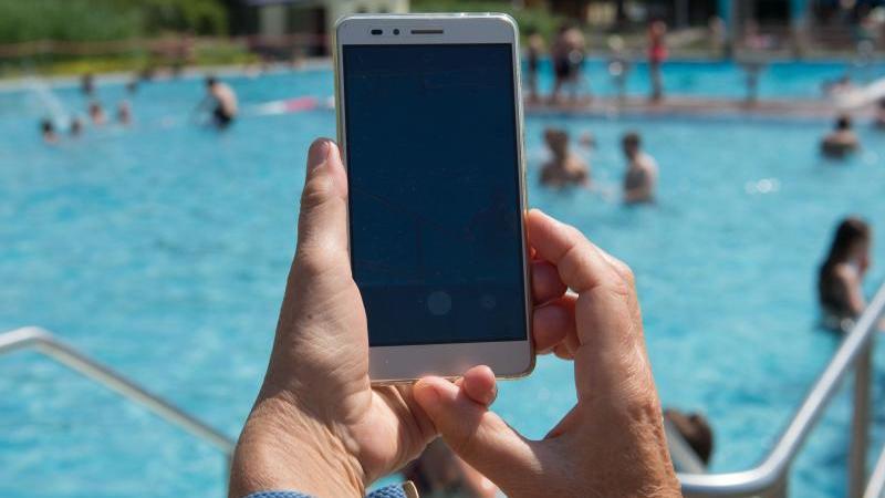 Smartphones bieten oft und gerne viel Ablenkung - im Schwimmbad kann das aber ganz schön gefährlich sein.