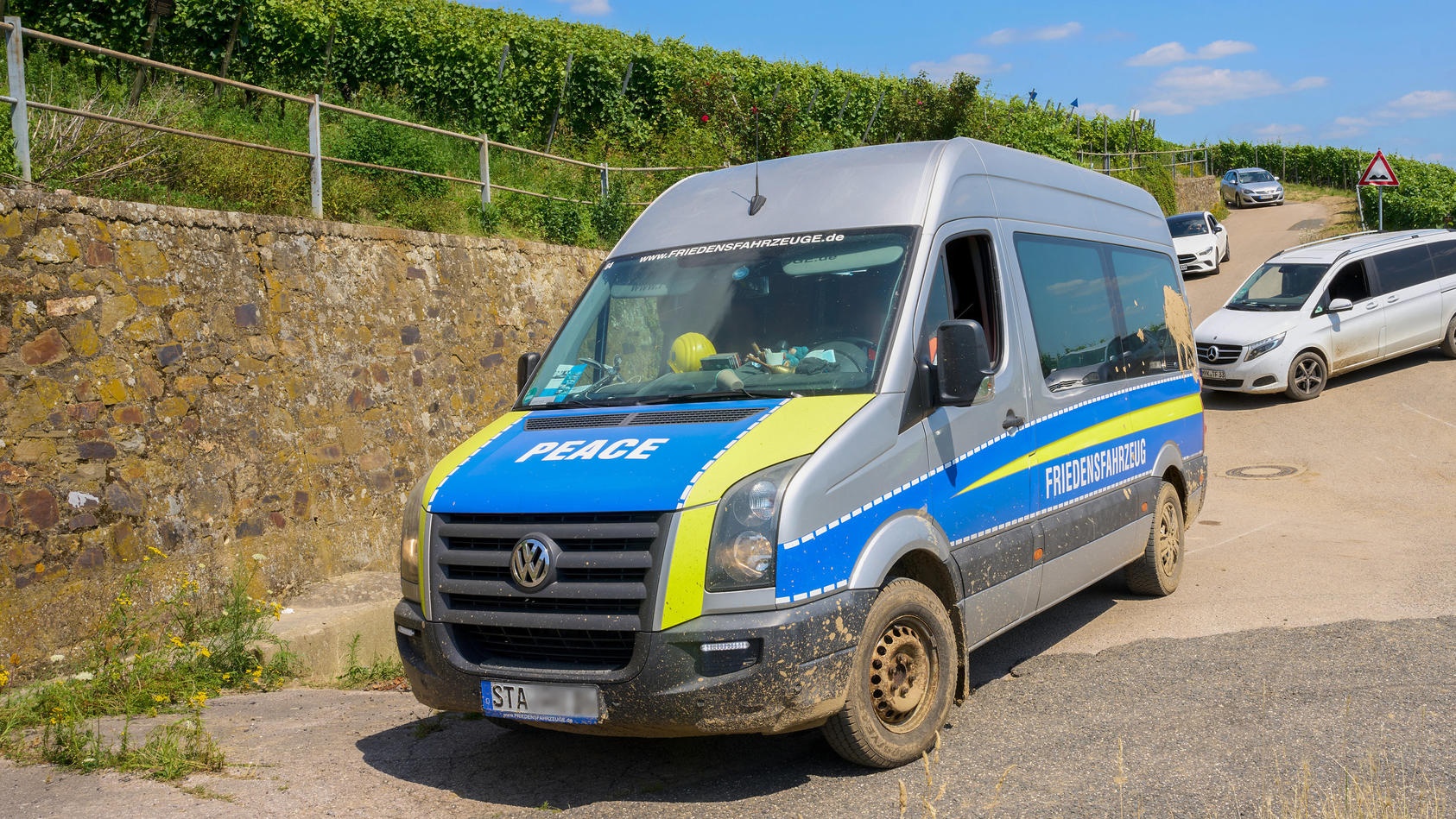"""Ein polizeiähnlicher Wagenmit der Aufschrift """"Friedensfahrzeug"""" bewege sich im Katastrophengebiet an der Ahr und verbreite Falschmeldungen."""