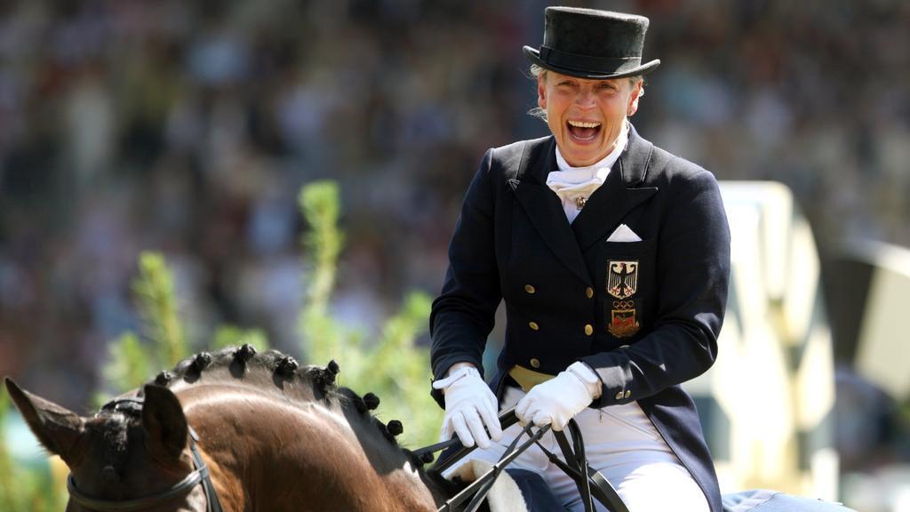 """Die deutsche Dressureiterin Isabell Werth auf ihrem Pferd """"Satchmo"""" lacht am Sonntag (06.07.2008) beim Weltfest des Pferdesports, dem CHIO Aachen 2008, bei der Siegerehrung des Großen Dressurpreises von Aachen, den Werth gewann."""