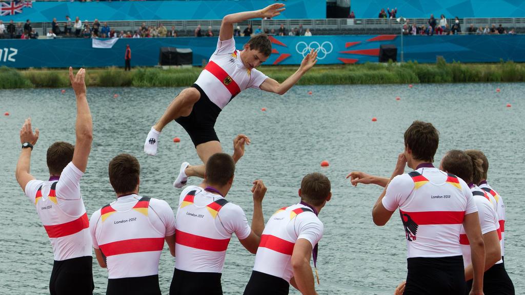 Die Athleten des Deutschland-Achters feiern ihre Goldmedaille in London 2012