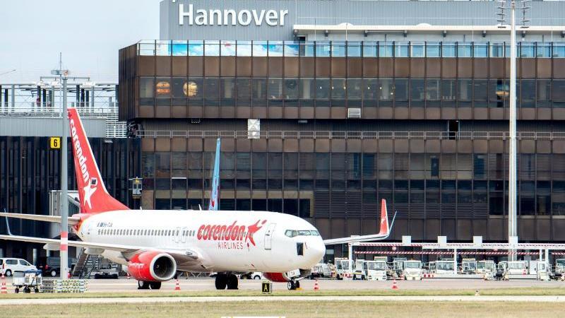 Eine Boeing 737 der Fluggesellschaft Corendon Airlines steht vor dem Terminal am Flughafen Hannover. Foto: Hauke-Christian Dittrich/dpa/Symbolbild
