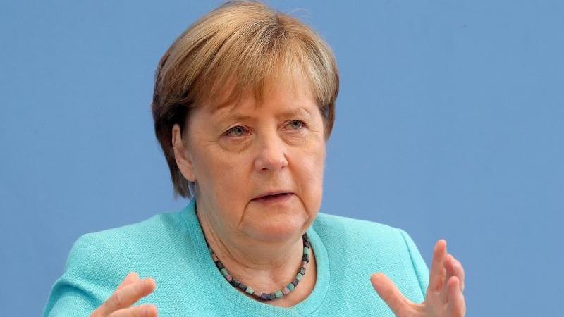 Bundeskanzlerin Angela Merkel (CDU) sitzt in der Bundespressekonferenz. Foto: Wolfgang Kumm/dpa