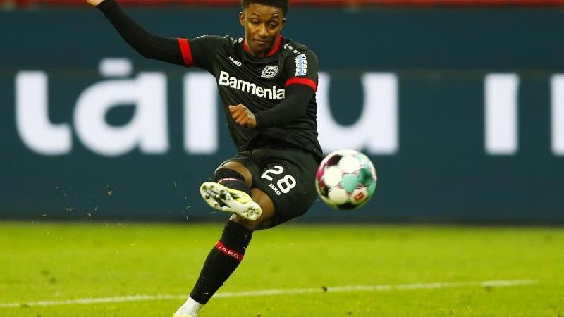 Leverkusens Demarai Gray erzielt einen Treffer. Foto: Thilo Schmuelgen/Reuters/Pool/dpa/archivbild