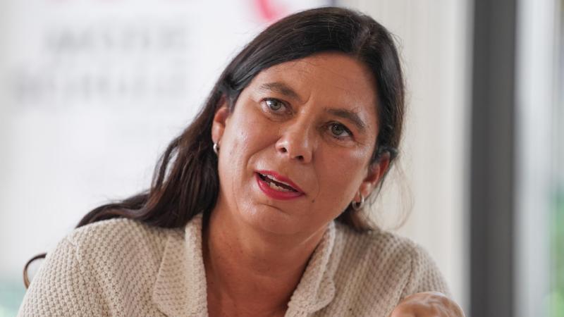 Schulsenatorin Sandra Scheeres (SPD) spricht bei einer Pressekonferenz. Foto: Jörg Carstensen/dpa