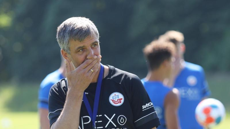 Trainer Jens Härtel steht beim Training auf dem Trainingsplatz. Foto: Danny Gohlke/dpa