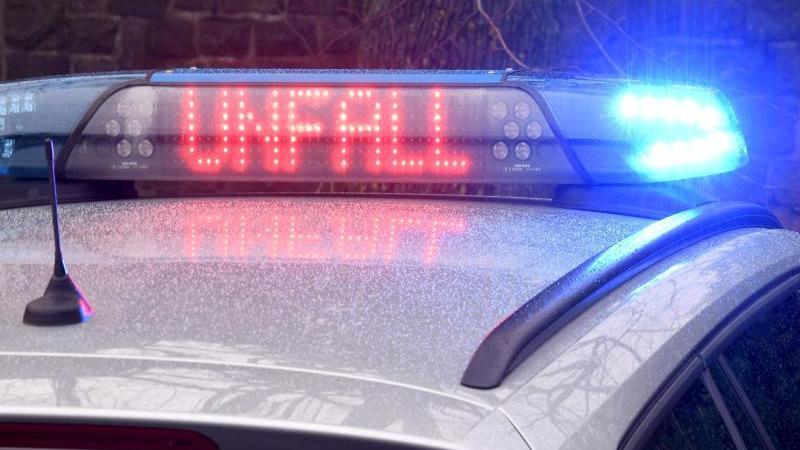 """Die Leuchtschrift """"Unfall"""" auf dem Dach eines Polizeiwagens. Foto: Carsten Rehder/dpa/Symbolbild"""