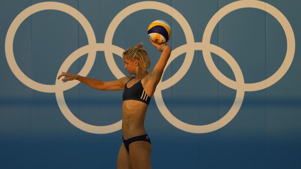 Olympia, Training im Shiokaze Park. Laura Ludwig aus Deutschland wirft den Ball.