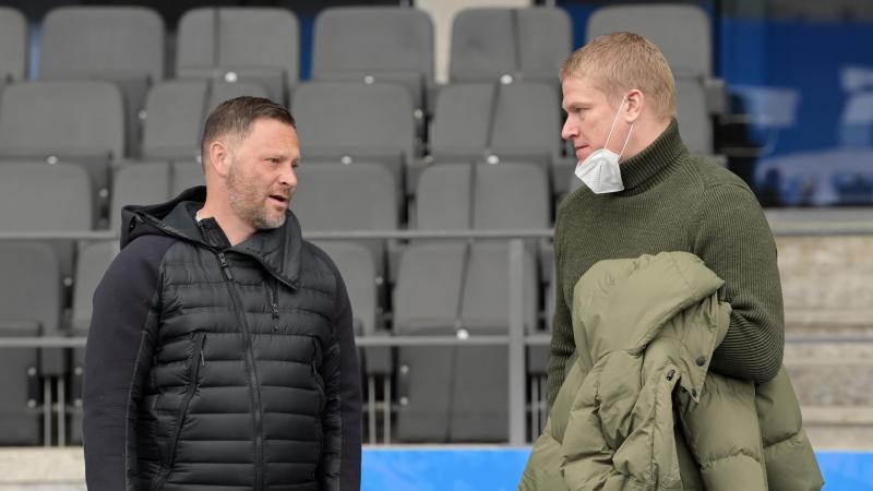 Herthas Trainer Pal Dardai (l) und Paul Keuter, Mitglied der Geschäftsleitung von Hertha BSC. Foto: Soeren Stache/dpa-Zentralbild/dpa