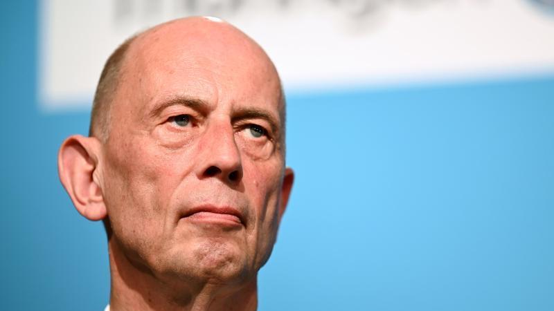 Wolfgang Tiefensee (SPD), Minister für Wirtschaft in Thüringen, vor der Presse. Foto: Martin Schutt/dpa-Zentralbild/dpa