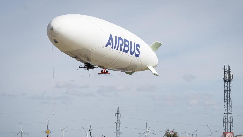 Ein Luftschiff mit Airbus-Schriftzug. Foto: -/Vodafone/dpa/Archivbild