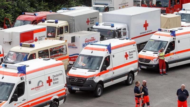 Fahzeuge des Roten Kreuzes und der Feuerwehr. Foto: Markus Scholz/dpa/Archivbild
