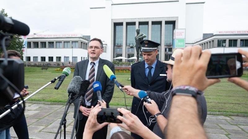 Jürgen Schmidt (l), Sprecher der Staatsanwaltschaft, und Polizeisprecher Thomas Geithner sprechen zu Journalisten. Foto: Sebastian Kahnert/dpa-Zentralbild/dpa