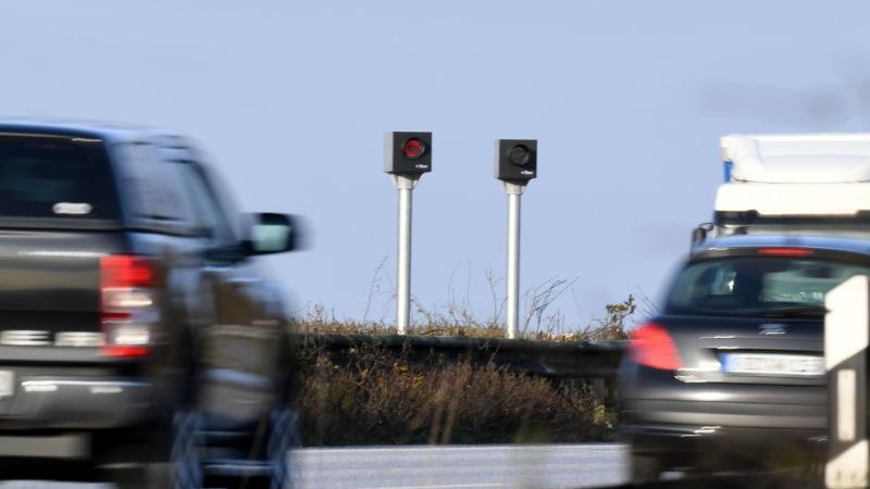 Blitzer zur Geschwindigkeitsmessung stehen an einer Autobahn. Foto: Carsten Rehder/dpa/Symbolbild