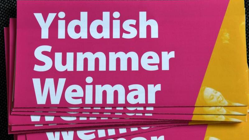 """Programmhefte liegen bei einem Konzert im Rahmen des """"Yiddish Summer Weimar"""" aus. Foto: Martin Schutt/dpa-Zentralbild/dpa/Archivbild"""