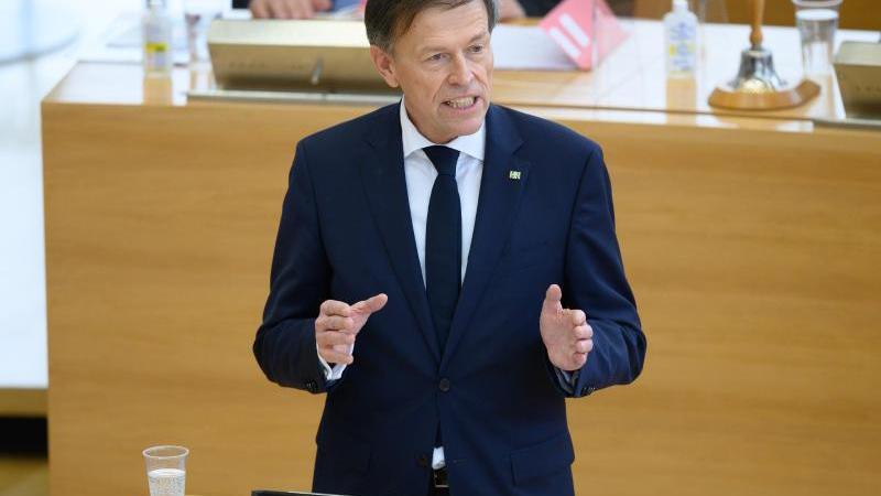 Der sächsische Landtagspräsident Matthias Rößler spricht bei einer Landtagssitzung. Foto: Sebastian Kahnert/dpa-Zentralbild/dpa/Archivbild