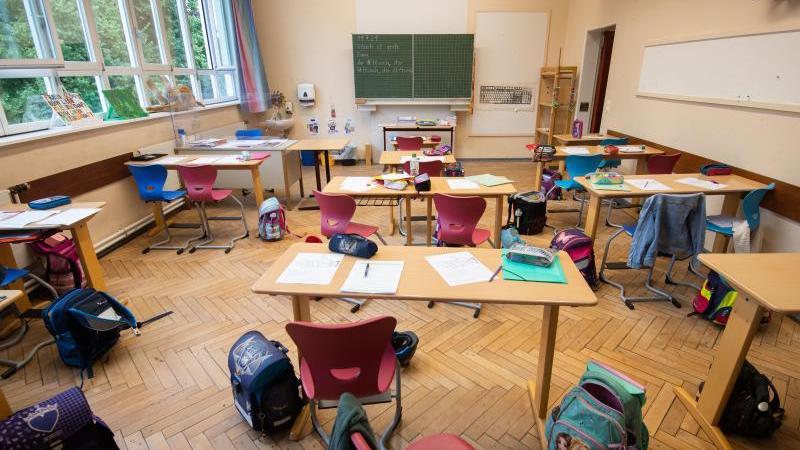 Schulranzen stehen in einem Klassenraum. Foto: Julian Stratenschulte/dpa/Symbolbild