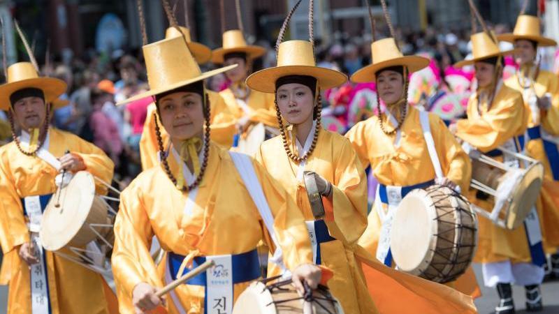Eine Musikgruppe nimmt am Umzug zum Karneval der Kulturen im Jahr 2019 teil. Foto: Jörg Carstensen/dpa/Archivbild