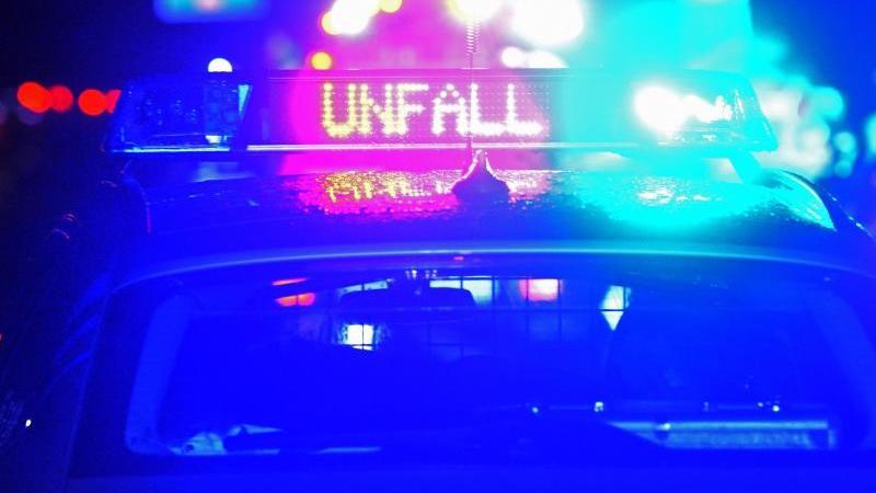 EinStreifenwagen der Polizei steht an einem Unfallort. Foto: Stefan Puchner/dpa/Symbolbild