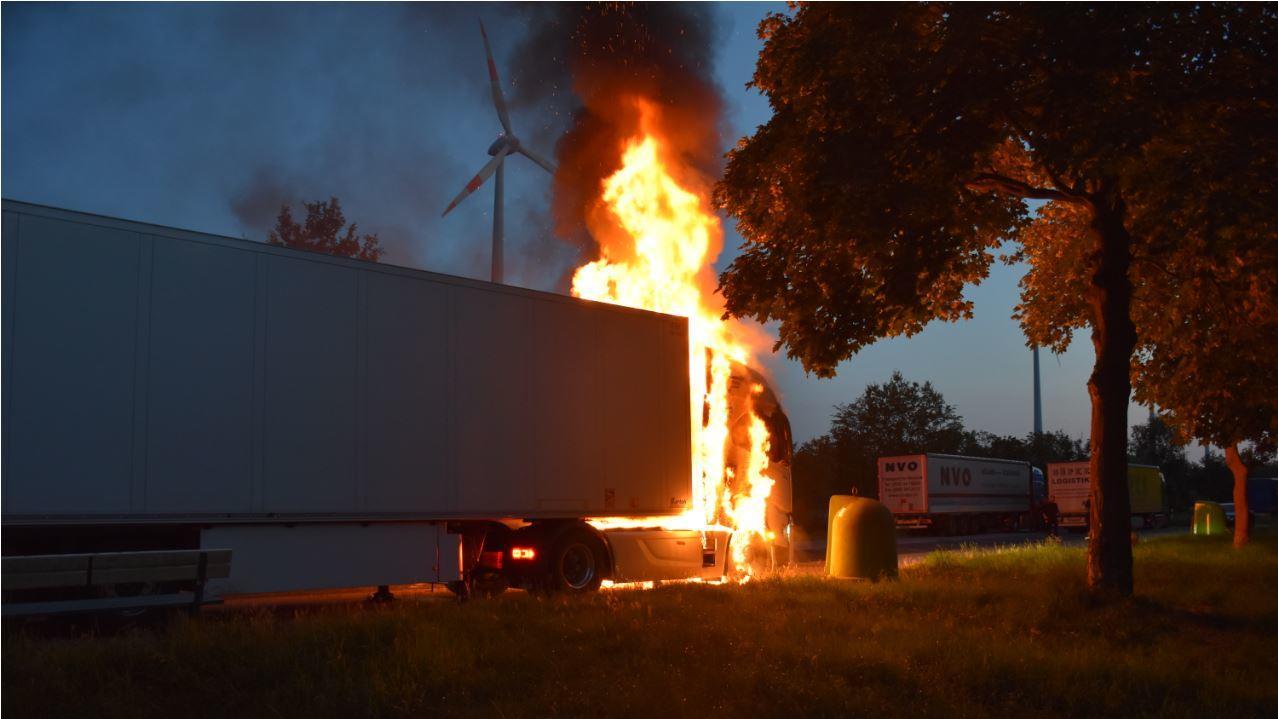Innerhalb kurzer Zeit stand die Zugmaschine komplett in Flammen.