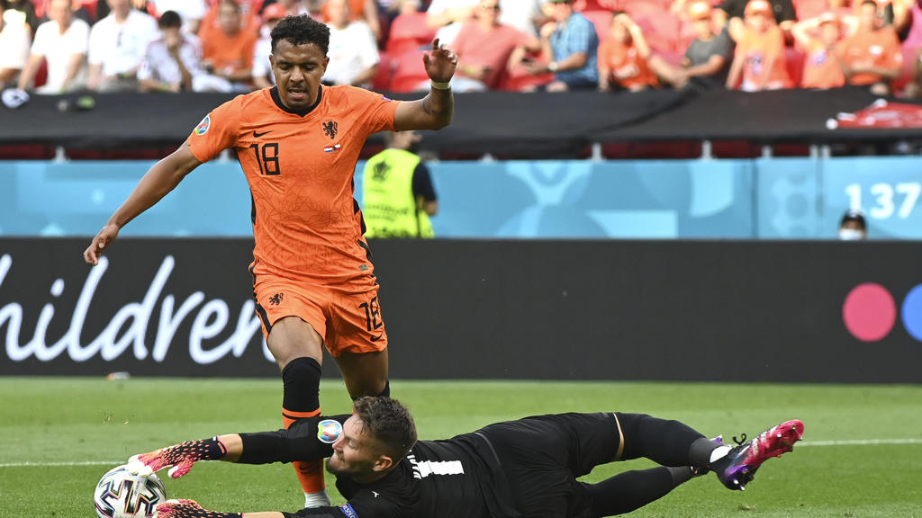 Donyell Malen of the Netherlands, left, challenges for the ball with Czech Republic's goalkeeper Tomas Vaclik during the Euro 2020 soccer championship round of 16 match between the Netherlands and Czech Republic at the Puskas Arena in Budapest, Hunga