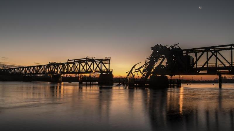 Ein Blick auf die bei einer Kollision zerstörte Friesenbrücke. Foto: Lars Klemmer/dpa/Archivbild