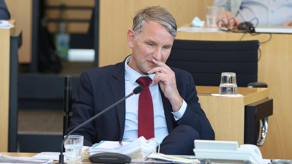 23.07.2021, Thüringen, Erfurt: Björn Höcke, Fraktionsvorsitzender der AfD im Thüringer Landtag, sitzt während der Abstimmung auf seinem Platz im Plenarsaal. Auf Antrag der AfD Fraktion muss sich Thüringens Linke-Ministerpräsident Bodo Ramelow am 23.0