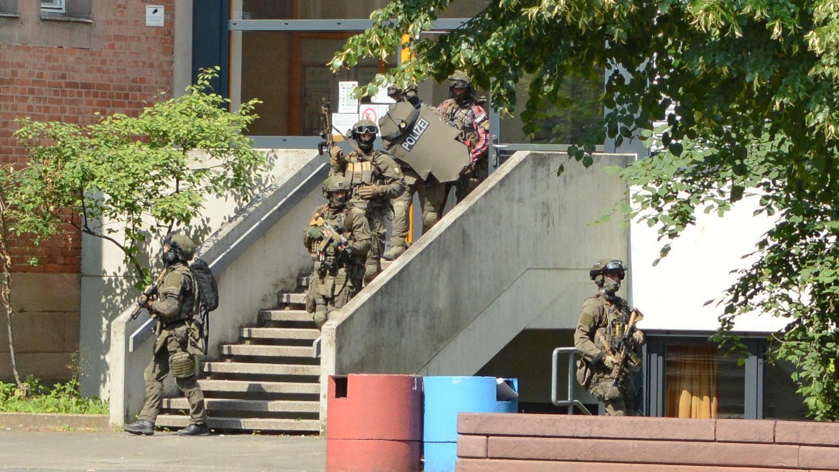Einsatzkräfte der Polizei sind an einer Schule in Nürnberg im Einsatz.