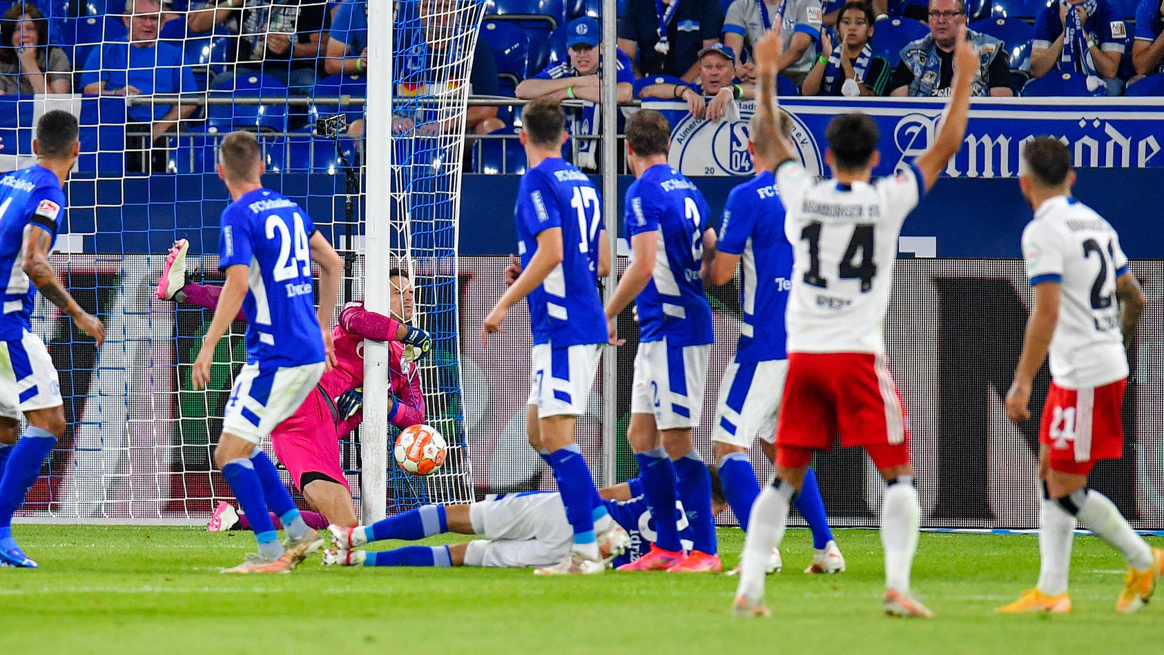 Der HSV gewann das Eröffnungsspiel der 2. Liga auf Schalke