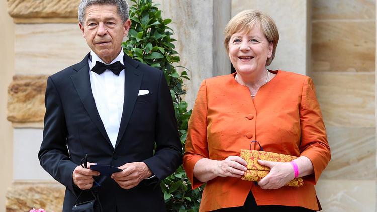 """Kanzlerin bei Festspielen in Bayreuth - Merkel sagt in knalligem Orange """"auf Wiedersehen"""""""