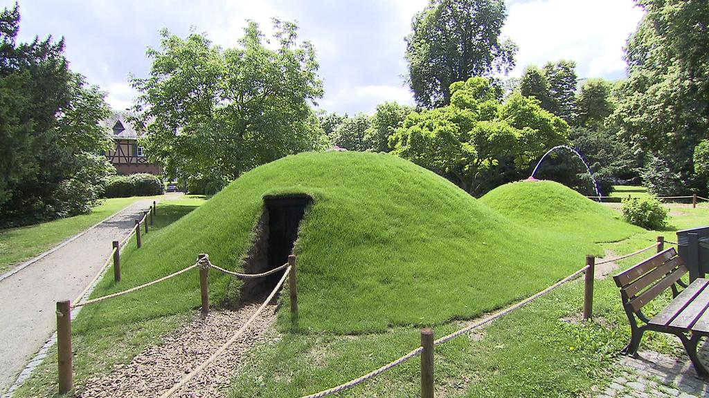 """Die """"Erdbrust""""  im Skulpturen-Dorf TinyBe"""