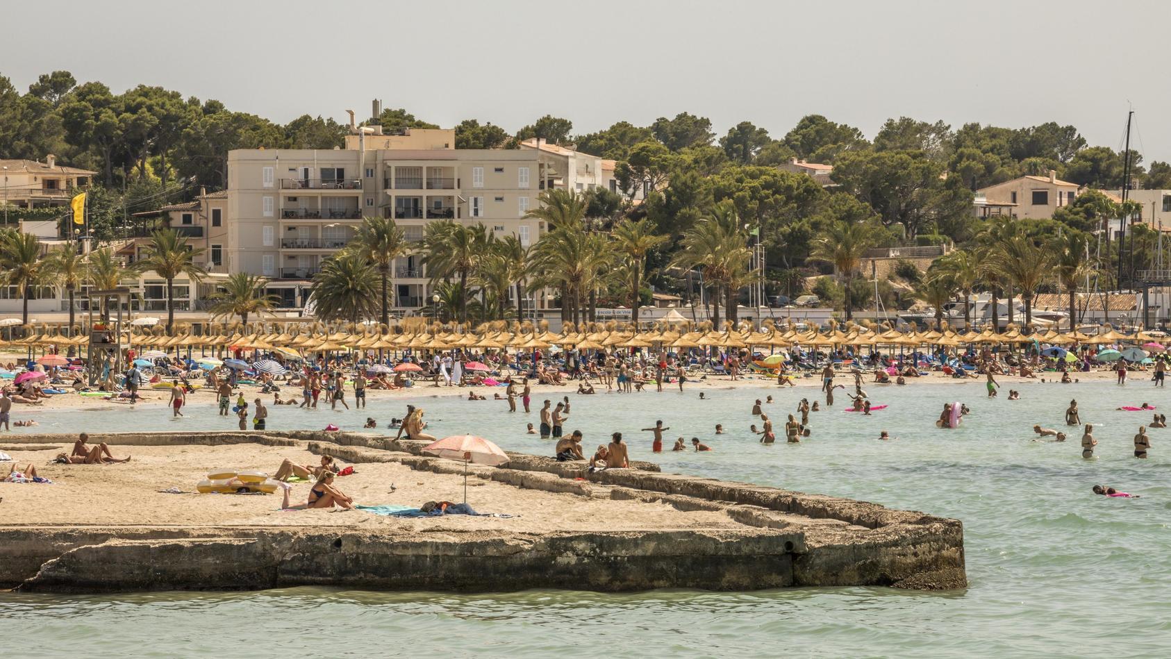Volle Strände auf Mallorca - die meisten Infektionen bringen Urlauber aus Spanien mit nach Deutschland.