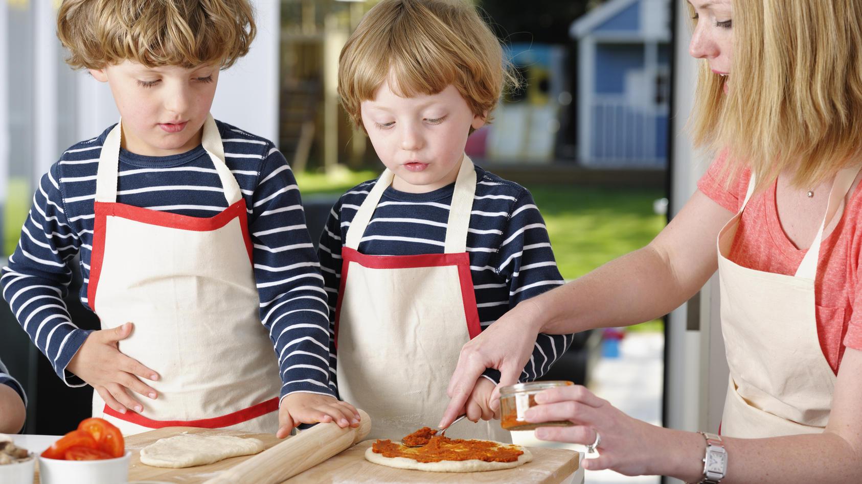 Kinder lieben Pizza - besonders wenn sie selbstgemacht ist.