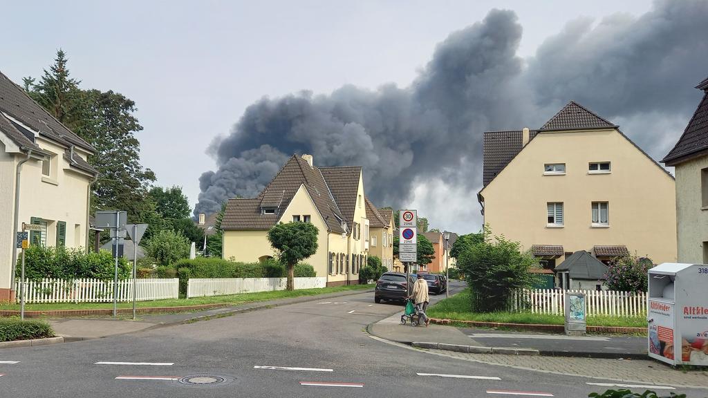 Noch immer ziehen Rauchschwaden über Wohngebiete in Leverkusen.