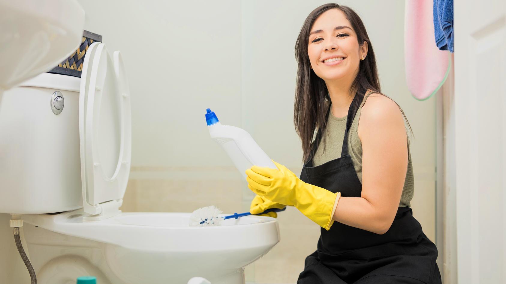 Beim Reinigen des WCs sollten Sie vorsichtshalber Haushaltshandschuhe tragen.