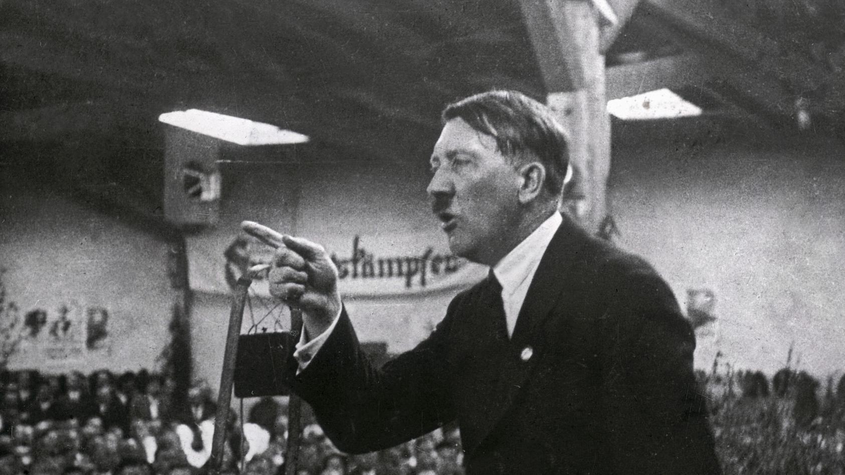 Adolf Hitler bei einer Rede im Jahr 1925.