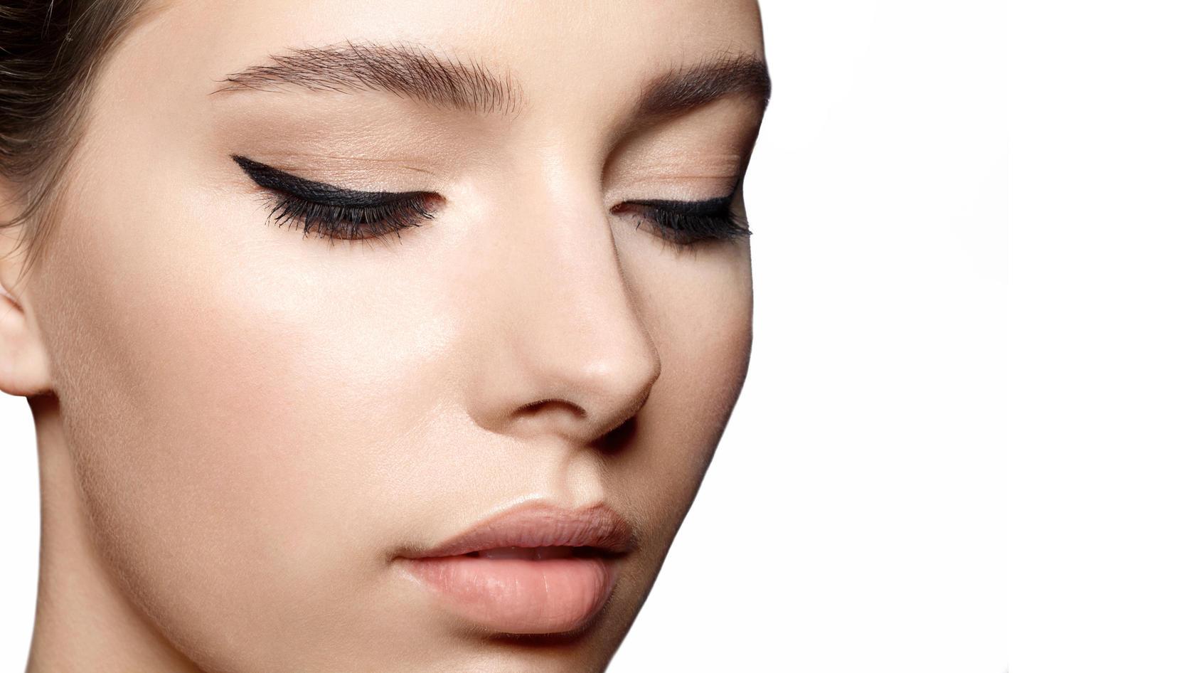 Lidstriche mit klarer Kontur gelingen am besten mit einem Eyeliner.