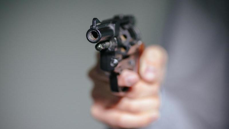 Ein 63-Jähriger zeigt in Gladenbach mit seiner Schreckschusswaffe auf Passanten schießt und in die Luft.  Symbolbild Foto: Oliver Killig/Archiv