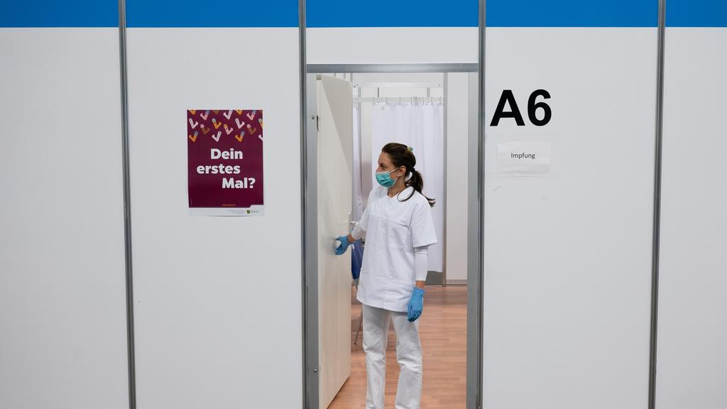 23.07.2021, Sachsen, Löbau: Melanie Ruoff, Impfhelferin, steht im Impfzentrum Löbau vor einer leeren Impfkabine. Sachsens Ministerpräsident Kretschmer hat am gleichen Tag das Impfzentrum besucht um sich über die aktuelle Situation zu informieren. Fot