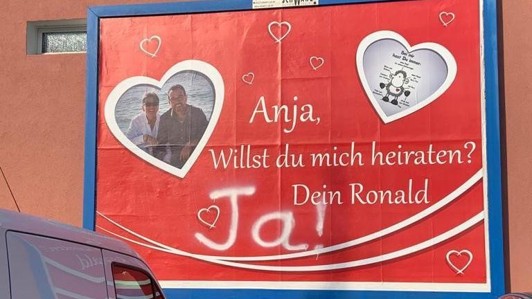 """Ronald fragt und Anja sagt: """"Ja!"""" Die Antwort auf den Heiratsantrag hat Anja auf's Plakt gesprüht."""