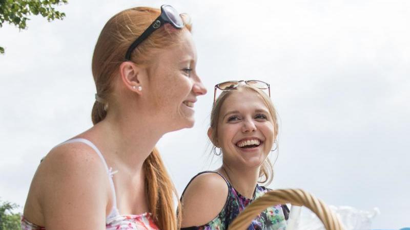 Das Lachen, noch dazu gemeinsam mit anderen, wirkt sich positiv auf uns aus. Foto: Christin Klose/dpa-tmn