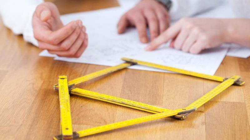 Wer einen passenden Bausparvertrag sucht, sollte nicht nur auf einen guten Zinssatz achten. Foto: Christin Klose/dpa-tmn