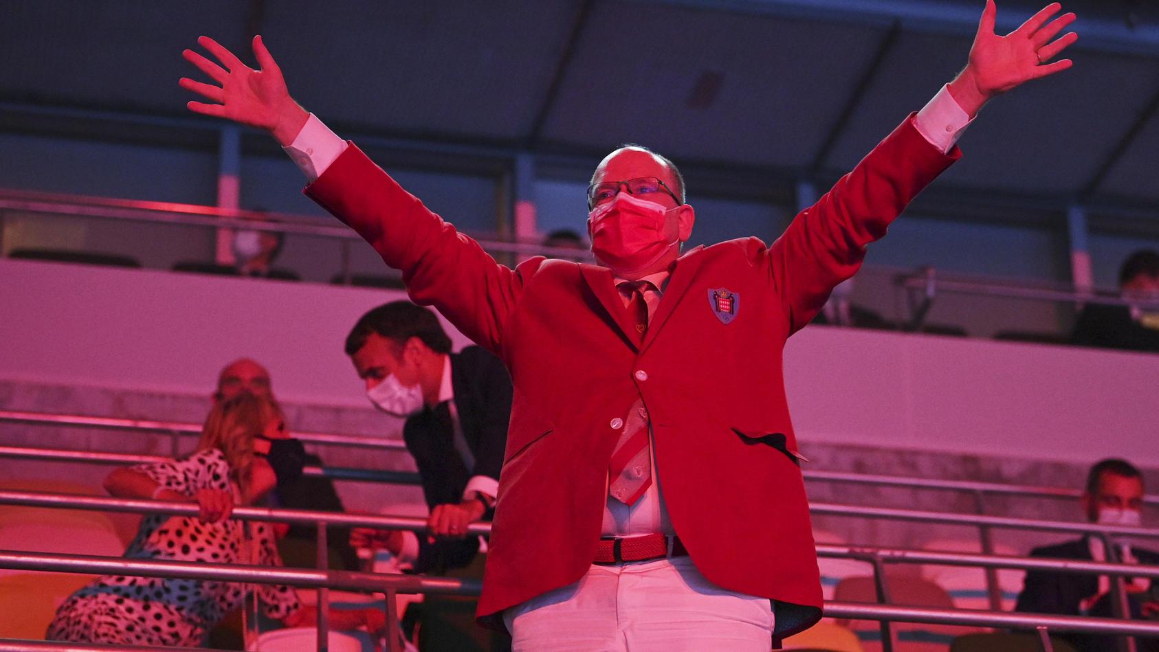 Statt seine Frau in Südafrika zu besuchen, jubelt Prinz Albert den Athletinnen und Athleten bei den Olympischen Spielen in Tokio zu.
