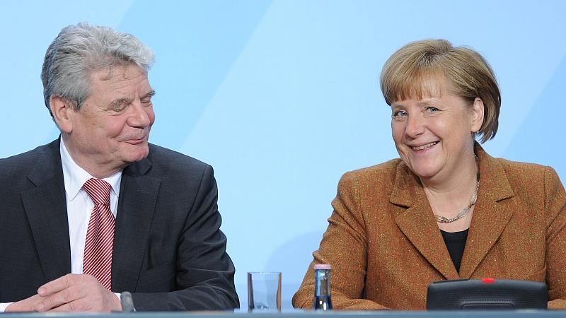 Die Kanzlerin springt über ihren Schatten und akzeptiert Joachim Gauck als Präsidenten. Ein Eingeständnis, 2010 mit Wulff auf den Falschen gesetzt zu haben.
